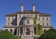 Los trituradores son el que está del edificio más fabuloso construido en 1893 para Cornelius Vanderbilt y su familia en Newport,  fotografía de archivo libre de regalías