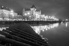 Los troncos de madera actúan como defensas de la inundación del río a lo largo del río Moldava imagen de archivo