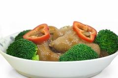 Los trotones del cerdo cocido con la salsa marrón, comida china Foto de archivo