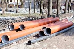 Los tubos de agua acanalados del diámetro grande se prepararon para poner Fotografía de archivo libre de regalías
