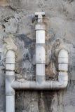 Los tubos de agua plásticos grises en la pared Foto de archivo