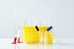 Los tubos de ensayo y la otra cristalería de laboratorio Imágenes de archivo libres de regalías