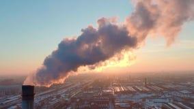 Los tubos de la industria contaminan la atmósfera con humo metrajes