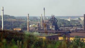 Los tubos de la planta industrial fuman entre árboles y la naturaleza verdes en Alapaevsk almacen de metraje de vídeo