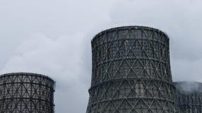 Los tubos de pila industriales de humo contaminan el aire con las emisiones tóxicas Problema de la ecología metrajes