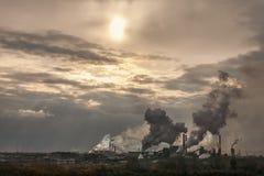 Los tubos de una planta grande fuman en el cielo Fotos de archivo libres de regalías