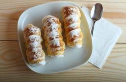 Los tubos dulces llenaron la clara de huevo, dulces checos llamados Kremrole Fotografía de archivo libre de regalías