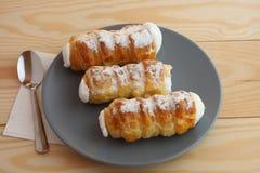 Los tubos dulces llenaron la clara de huevo, dulces checos llamados Kremrole Imagen de archivo libre de regalías
