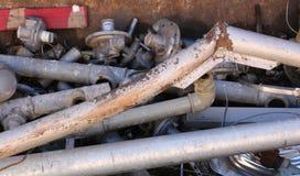 Los tubos viejos oxidados del hierro y el otro material ferroso imagenes de archivo