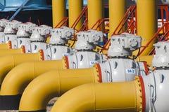 Los tubos y las válvulas están en la estación del compresor de gas Fotografía de archivo