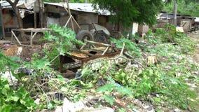 Los tugurios con la descarga llena de pobreza de la basura viajan a Asia, área marchitada miseria, calles pobres de las condicion almacen de video