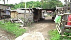 Los tugurios con la descarga llena de pobreza de la basura viajan a Asia, área marchitada miseria, calles pobres de las condicion almacen de metraje de vídeo