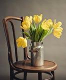 Todavía vida con los tulipanes amarillos Foto de archivo