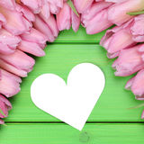 Los tulipanes florecen con el corazón en madres o el día y la copia de la tarjeta del día de San Valentín Fotografía de archivo