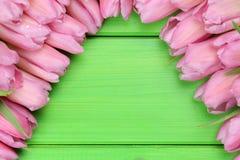 Los tulipanes florecen en el tablero de madera en día de la primavera o de madres con el poli Fotos de archivo libres de regalías