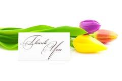 Los tulipanes y una tarjeta firmada le agradecen Imagen de archivo