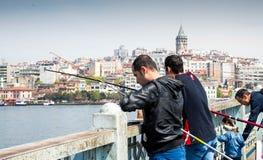 Los turcos están pescando en el puente de Galata Imágenes de archivo libres de regalías