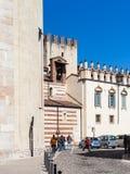 Los turistas acercan a la catedral del Duomo en la ciudad de Verona Fotos de archivo libres de regalías