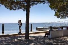 Los turistas admiran la visión desde las orillas del río del th el Tajo Foto de archivo libre de regalías