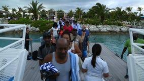 Los turistas alegres son de saludo y de embarco en el transbordador, Bahamas metrajes