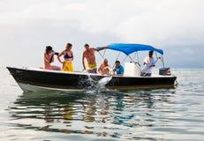 Los turistas alimentan pescados del barco en la isla del calafate de Caye, Belice fotos de archivo libres de regalías