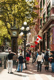 Los turistas alrededor del vapor registran en Gastown, Vancouver Foto de archivo libre de regalías