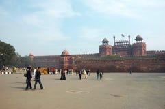Los turistas aprietan en la entrada a la fortaleza roja, la India Fotos de archivo libres de regalías