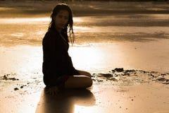 Los turistas asiáticos de la muchacha se están divirtiendo con el mar fotografía de archivo libre de regalías