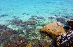 Los turistas bucean en el agua cristalina de la turquesa cerca de centro turístico tropical fotografía de archivo libre de regalías