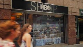 Los turistas caminan cerca de la tienda de HBO en Manhattan metrajes