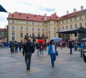 Los turistas caminan con los paraguas en el castillo de Praga en tiempo lluvioso fotografía de archivo