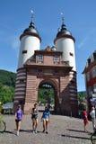 Los turistas caminan en Karl Theodor Bridge Old Bridge sobre el río Neckar en Heidelberg, Alemania Fotos de archivo libres de regalías