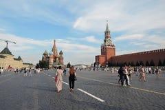 Los turistas caminan en la Plaza Roja en Moscú Fotos de archivo