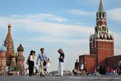 Los turistas caminan en la Plaza Roja en Moscú Foto de archivo