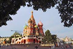 Los turistas caminan en la Plaza Roja en Moscú Fotografía de archivo libre de regalías