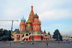 Los turistas caminan en la Plaza Roja en Moscú Foto de archivo libre de regalías