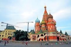 Los turistas caminan en la Plaza Roja en Moscú Imágenes de archivo libres de regalías
