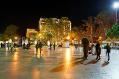 Los turistas caminan en la 'promenade' en la ciudad de Yalta en noche Imágenes de archivo libres de regalías