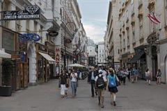 Los turistas caminan en la zona peatonal Kohlmarkt en Viena Foto de archivo libre de regalías