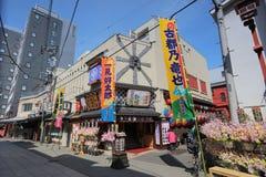 Los turistas caminan en Nakamise Dori son una calle Foto de archivo libre de regalías
