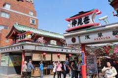 Los turistas caminan en Nakamise Dori son una calle Imagen de archivo libre de regalías
