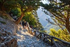Los turistas caminan en Samaria Gorge en Creta central, Grecia El parque nacional es una UNESCO Biosph Foto de archivo libre de regalías