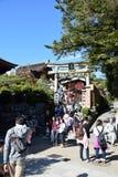 Los turistas caminan en una calle alrededor del templo de Kiyomizu, Kyoto Fotografía de archivo libre de regalías