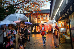 Los turistas caminan en una calle que lleva al templo de Kiyomizu Foto de archivo