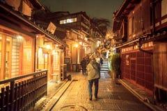 Los turistas caminan en una calle que lleva al templo de Kiyomizu Imágenes de archivo libres de regalías
