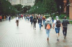 Los turistas caminan a lo largo de Alexander Garden en el cuadrado de Manezh en Moscú fotos de archivo libres de regalías