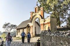 Los turistas caminan a lo largo de la parte superior del rastro de pecadores Imagen de archivo libre de regalías