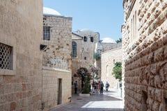 Los turistas caminan a lo largo de las calles silenciosas del thr en la ciudad vieja de Jerusalén, Israel fotografía de archivo libre de regalías