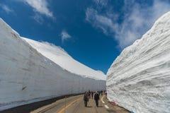 Los turistas caminan a lo largo del pasillo de la nieve en Tateyama Kurobe Rou alpino Fotos de archivo libres de regalías