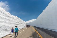 Los turistas caminan a lo largo del pasillo de la nieve en Tateyama Kurobe Rou alpino Fotografía de archivo